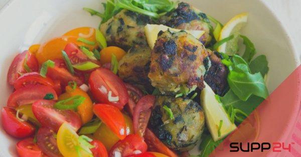 Kalkoen-spinazieballetjes met salade