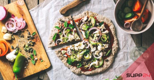Vegan chia pizza met tomatensaus en groentes